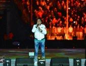 أحمد شيبة يحتفل مع جمهور استاد القاهرة بعيد الحب بالأغانى الشعبية