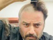 """يوسف الخال يحلق شعره """"زيرو"""" على الهواء.. والجمهور يسخر من تعليقه"""