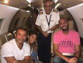 """شاهد """"الطيار الموقوف"""" مع الهضبة عمرو دياب فى ممر إحدى الطائرات.. صور"""