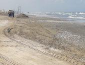 محافظة بورسعيد تبدأ إزالة القواقع من شواطئ المحافظة.. صور