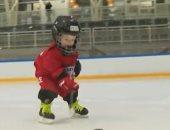 فيديو.. طفل يتفوق على الكبار.. عمره عامين ويبرع في رياضة الهوكى