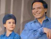 محمد إمام يستعيد ذكريات طفولته بصورة مع والده الزعيم.. نفس الضحكة