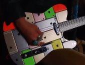 """شاب يصنع جيتارًا جديدًا من هواتف """"آيفون"""" بعد كسرها.. فيديو"""