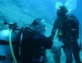العاهل الأردنى وولى عهده ينظفان مياه خليج العقبة للحفاظ على البيئة.. فيديو