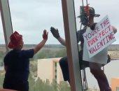 رجال إطفاء أمريكيون يحتفلون مع أطفال مستشفى فلوريدا بعيد الحب.. فيديو