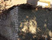 سيبها علينا.. أسرة بسوهاج تطالب بإعادة بناء منزلهم لحمايتهم من البرد.. صور
