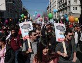 """صور.. العالم هذا المساء.. شلل فى اليونان بسبب إضراب لمدة 24 ساعة احتجاجا على قوانين التقاعد.. تظاهرات فى ميلانو ضد استخدام جلود الحيوانات فى الصناعة.. واستعدادات بالرسوم الساخرة لمهرجان """"روز"""" بألمانيا"""