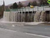 العاصفة دينيس تحول موقف سيارات بريطانى إلى شلال من الفيضانات.. فيديو
