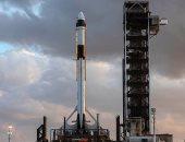 سائح يخرج إلى الفضاء المكشوف من القسم الروسي للمحطة الفضائية