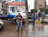صور.. الدفع بـ45 سيارة لرفع تراكمات مياه الأمطار بشوارع القليوبية