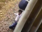 """نجا بأعجوبة .. شاب هندى يسقط تحت عجلات القطار أثناء تصويره فيديو """"تيك توك"""""""