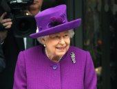 الملكة اليزابيث مشرقة باللون الأرجوانى..وهذا تعليقها على أطفال ارتدوا تيجان