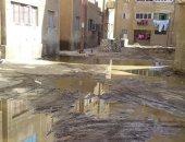 """""""سيبها علينا"""".. أهالى قرية النزل بأدفو يشكون من مياه الصرف واختلاطها بالكهرباء"""