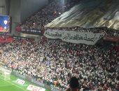فيديو .. جماهير الزمالك ترفع لافتات للاعبين قبل مواجهة الأهلى