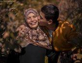 """صور.. طالب يفاجئ والدته بـ""""فوتو سيشن"""" فى أرض زراعية بطنطا تعبيرًا عن حبه"""