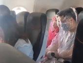 """مسافران على طائرة أسترالية يرتديان غطاء """"بلاستيك"""" خوفا من كورونا.. فيديو"""