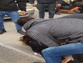 لحظة اعتقال الشرطة الإسرائيلية فلسطينية بذريعة محاولة تنفيذها عملية طعن بالقدس