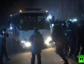 كفاية اللى هما فيه.. الأوكرانيون يهاجمون حافلات العائدين من ووهان