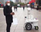 روبوت شرطة يحذر المواطنين فى شنجهاى من عقوبات عدم ارتداء الكمامات.. فيديو