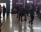 صور وفيديو.. بعثة الزمالك فى مطار أبو ظبى والكأس بأحضان محمد حسن