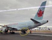 واثق فى نفسه.. طائرة كندية تفقد إطارها وقائدها يرفض العودة ويكمل رحلته.. فيديو