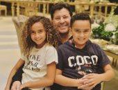 """هانى شاكر يحتفل مع أحفاده """"لولو وديدو"""" بعيد ميلادهما.. صورة"""