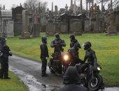 Batman فى كامل أناقته خلف الكاميرات.. روبرت باتينسون في مقابر اسكتلندا