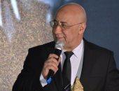 الشاعر بهاء الدين محمد يدرس عرضا بتقديم برنامج تليفزيونى