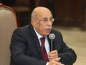صور.. رئيس نادى القضاة يهدى مفيد شهاب درع النادى