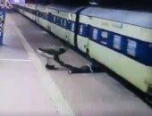 """""""لسه عنده عمر"""" رجل هندي ينجو من الموت تحت القطار فى آخر لحظة.. فيديو"""
