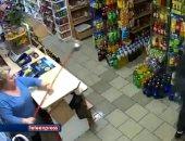 """سيدة مسنة تقاوم لصا حاول سرقة متجرها مستخدمة """"ممسحة"""""""