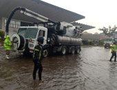 تمركز سيارات لشفط مياه الأمطار من الطرق السريعة.. وطوارئ بغرف عمليات المرور