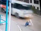 نجاة فتاة روسية من الموت بإعجوبة ..فيديو