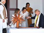 ترامب يرتدى الشال الهندى ويخلع حذائه فى منزل غاندى.. صور