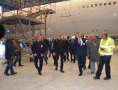 صور.. رئيس مصر للطيران يتفقد مواقع الصيانة ويشيد بأداء العاملين