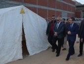 محافظ الغربية يتفقد أعمال إنشاء مخيم الإيواء العاجل بإستاد طنطا