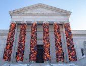 2400 سترة نجاة لاجئين تتحول لعمل فني وتغطى أعمدة متحف للفنون بأمريكا