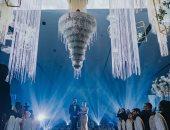 """آخر تقليعة.. """"تورتة"""" زفاف تهبط من السقف على شكل """"نجفة"""" فى ماليزيا"""