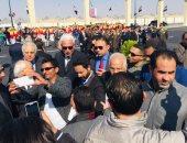 المعزون يتجمعون بعد تشييع جنازة مبارك لالتقاط الصور مع الشخصيات العامة