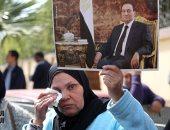 سيدات تودعن الرئيس الأسبق حسنى مبارك بالدموع والدعاء خلال تشييع جثمانه