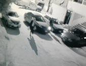 شاهد مطادرة الأهالى للص حقائب وتحطيمه سيارة أثناء هروبه بـ6 أكتوبر