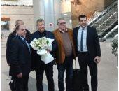 صور.. الزمالك يستقبل بعثة الترجى التونسى بالورود بمطار القاهرة