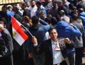 محبو الرئيس الأسبق مبارك يتجمعون أمام مسجد المشير طنطاوى قبل تشييع جنازته