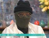 مغني راب يظهر في برنامج تلفزيوني مرتديا قناع خوفا من عدوى كورونا.. فيديو