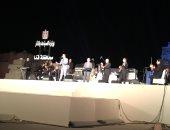 """مدحت صالح يبدأ حفله بأغنية """"هنشيل بلادنا"""" فى مهرجان دندرة للموسيقى"""