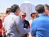 صور.. وزير السياحة والآثار يلتقى وفدا سياحيا بلجيكيا داخل معبد الأقصر