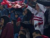 مشجعة بقميص الزمالك وعلم الأهلى تؤازر الأحمر أمام صن داونز من الملعب.. فيديو