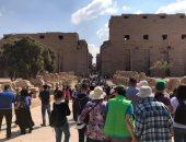 صور.. السياح الأجانب يتوافدون على المعابد الفرعونية شرق وغرب الأقصر