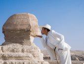 بين الأهرامات وضفاف النيل.. زوجة ستيف هارفى تخوض رحلتها فى شوارع مصر المحروسة
