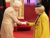 فيديو ..ملكة بريطانيا ترتدى قفازات خوفا من تفشى فيروس كورونا فى القصر الملكى